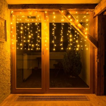lichterkette am fenster befestigen gekaufte fensterdekoration zum advent led lichterkette 80er. Black Bedroom Furniture Sets. Home Design Ideas